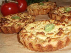 Мини пироги с луком пореем, курицей и сыром
