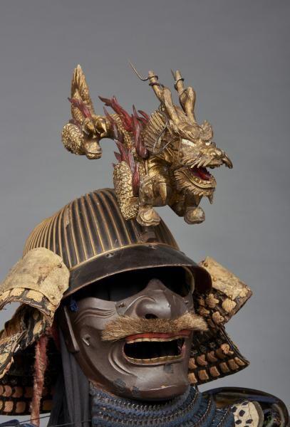 Lot : Armure de guerrier japonais: Armure yoroi laquée de couleur marron foncé garnie de[...] | Dans la vente Art du Japon à Boisgirard Antonini Paris