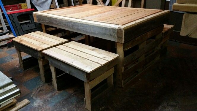 7 foot pallet table with (4) two person benches, paint any requested colors. ..great heavy set