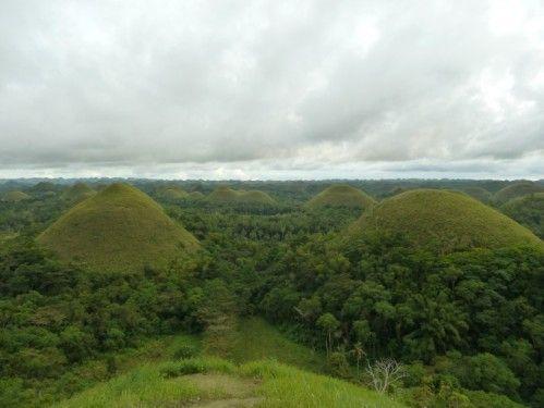 Philippines : les « Chocolate hills », les collines en chocolat, formées de coraux et fragments de coquillages il y a X années, et qui sont moins sujettes à l'érosion que le reste du sol… d'où la forme surprenante qu'elles ont prise…