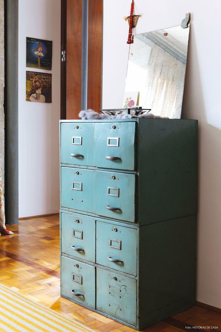 Arquivo antigo na cor verde serve de cômoda nesse quarto de casal.