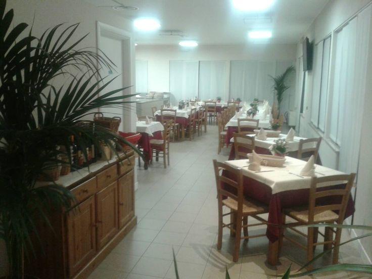 """www.mobilificiomaieron.it - https://www.facebook.com/pages/Arredamenti-Pub-Pizzerie-Ristoranti-Maieron/263620513820232 - 0433775330. Allestimento Ristorante """"Blustar"""" a padova  con Tavoli cod 806, Sedie 3011, e Credenza in color rovere. Tutto Produzione Mobilificio maieron arredo pub, bar ristoranti e pizzerie. Tavoli, Sedie, Panche Arredo pub in generale a prezzo di fabbrica"""