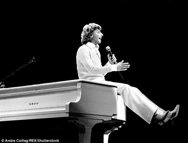 Манилов был его первый номер один чартов, Мэнди, сорок лет назад и имел ряд хитов в 1970-х...