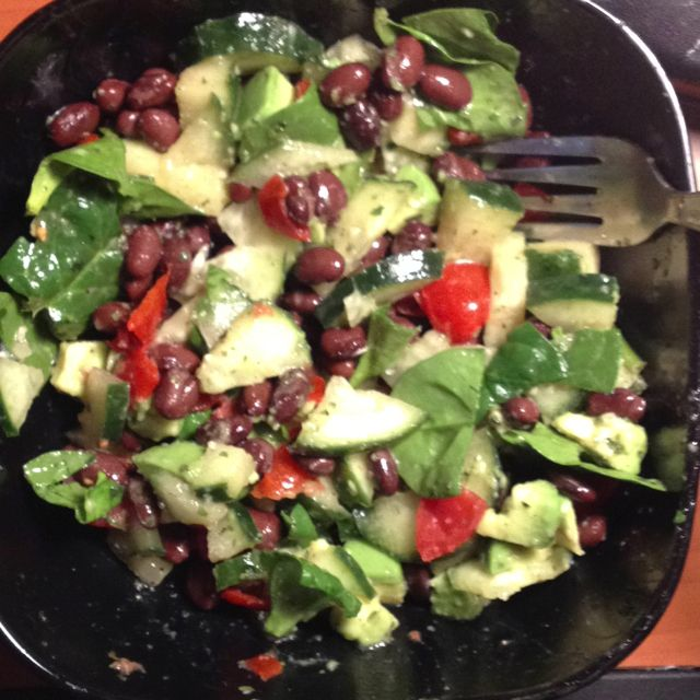 spinach salad with black beans, cucumber, tomato, avocado, lime juice, pepper, cilantro