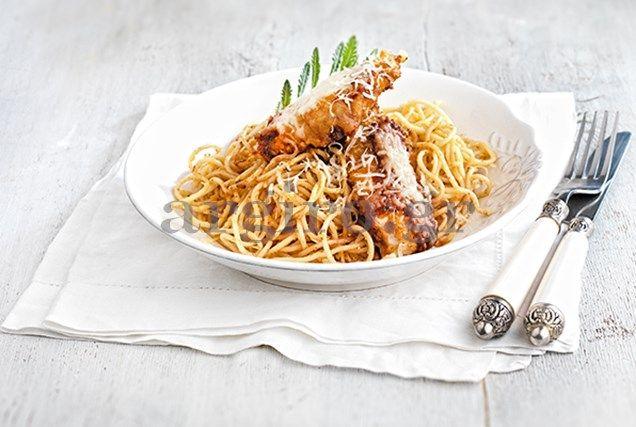 Μακαρονάδα με σνίτσελ κοτόπουλο και τυρένια σάλτσα