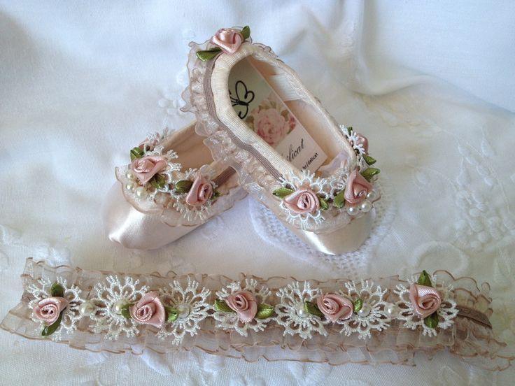 Delicada tiara com aplique de renda branca, bordada com pérolas artificiais, e rosas de fita, em tom nude, tamanho 21cm de diâmetro.  Ideal para compor aquele visual elegante com a sapatilha de princesas Pôr do Sol.  Preço da Tiara. Veja o sapatinho também.