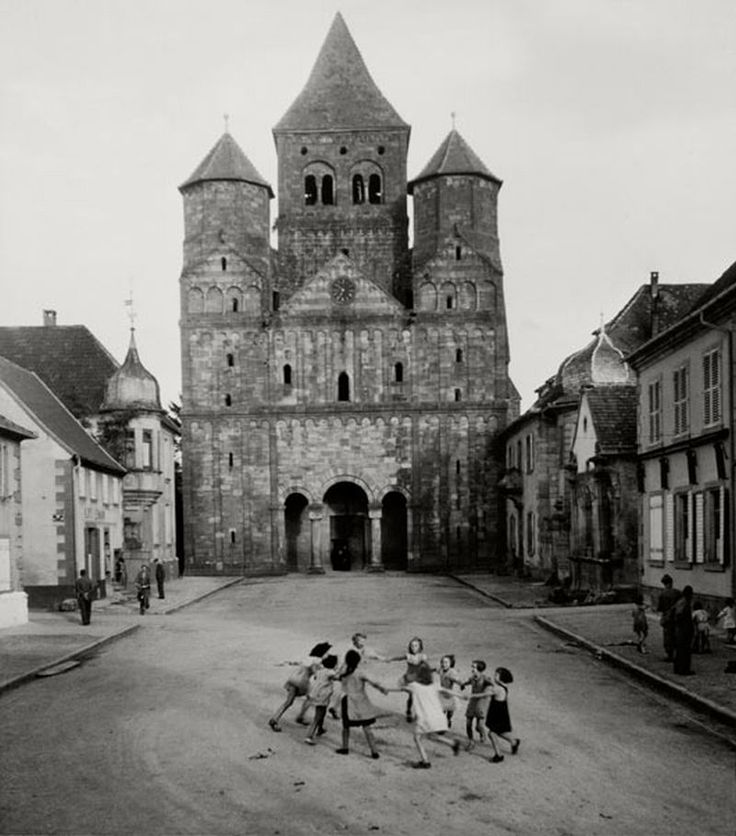 Robert Doisneau - Ronde d'enfants devant l'abbatiale de Marmoutier (Children in front of Marmoutier Abbey).