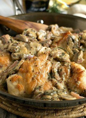 Στήθη κοτόπουλου με μανιτάρια και το κρεμμύδι Ντιζόν σάλτσα - κοτόπουλο Διαγωνισμού πνιγμένα σε ένα μανιτάρι, κρεμμύδι, σάλτσα μουστάρδα Dij ...