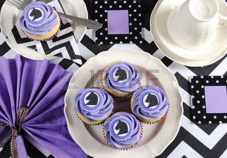 In bianco e nero chevron con viola tema del partito tavolo pranzo impostazione posto per Melbourne C Archivio Fotografico