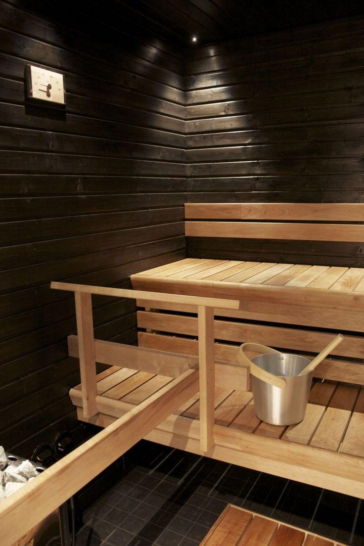Saunakin rempataan, vaihdetaan ehkä järjestystä. Tässä on kivat, yksinkertaiset lauteet.
