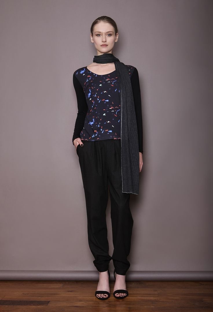 Top imprimé motif abstrait sur pantalon sarouel noir, echarpe en coton viscose et métal