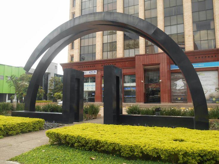Abside Escultor: Ronny Vayda Material: Acero Pintado Ubicación: Avenida El Poblado - Medellín Año: 1993