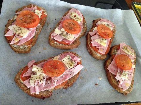 tapenade, tomate, baguette, huile d'olive, mozzarella, ail, jambon, basilic