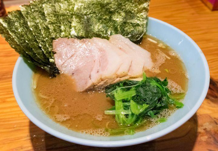 破竹の勢いで店舗を増やしている横浜家系ラーメンの人気店が、ラーメン激戦区の池袋・目白エリアにも出店しています。濃厚な豚骨醤油スープに太麺、トッピングには海苔・ほうれん草・チャーシューは一般的。味の濃さ・油の量・麺の硬さを殆どのお店で指定できるのその特徴で、勿論ここでもそれは可能。筆者が学生時代から慣れ親しんだ味のラーメンで、安定感抜群。また、卓上調味料を使って味の変化を楽しむのも家系ラーメンの食べ方の1つで、是非いろいろ試して好みの味を見つけてみてください。個人的には、ニンニクと豆板醤がオススメ。