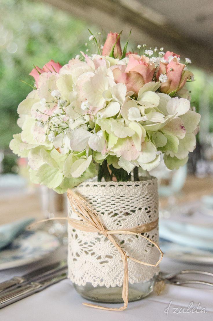 Centros de mesa feitos com hortênsias em rosas em vidros comuns, decorados com renda de algodão cru e tirinhas de ráfia. #casamento
