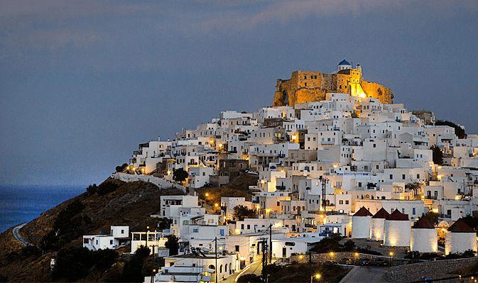 Κάστρο της Αστυπάλαιας: Ένα κάστρο που όμοιό του δεν υπάρχει στο Νότιο Αιγαίο, το ενετικό «Κάστρο της Αστροπλιάς», όπως αναφέρονται σε αυτό οι ντόπιοι, ξεχωρίζει πάνω από την κατάλευκη Χώρα του μικρού νησιού που παρά την ευρύτατα διαδεδομένη παρανόηση δεν ανήκει στις Κυκλάδες, αλλά στα Δωδεκάνησα. Κτισμένο των 13ο αιώνα επάνω στα ερείπια της αρχαίας Ακρόπολης, περιστοιχίζεται από σπιτάκια κυκλαδίτικου στυλ, οι εξωτερικοί τοίχοι των οποίων δημιουργούν ένα πραγματικό τείχος, με μικρά παράθυρα…