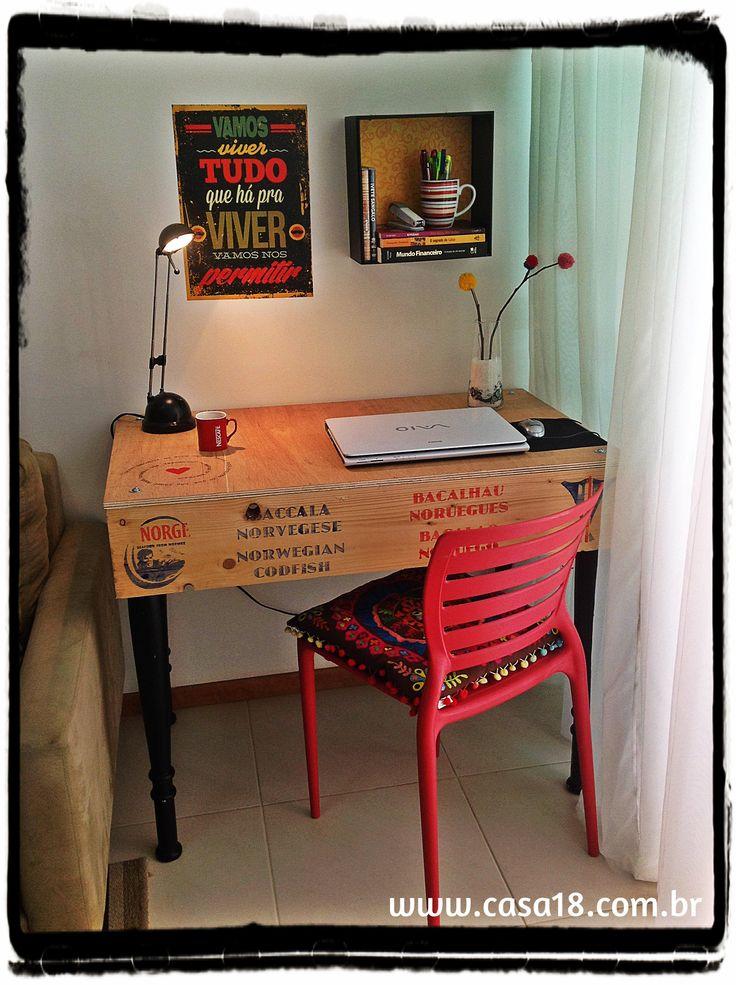 Caixa de bacalhau transformada em uma mesinha charmosa para decorar um espaço de trabalho. Quer ver o PAP? www.casa18.com.br