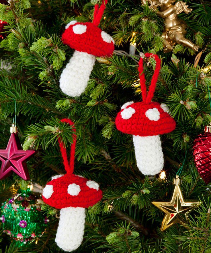 Mit ganz wenig Garn kannst du diese hübschen Pilze für deinen Weihnachtsbaum oder zur Verzierung von Päckchen häkeln. In den gezeigten Farben oder in deiner Farbkombination.