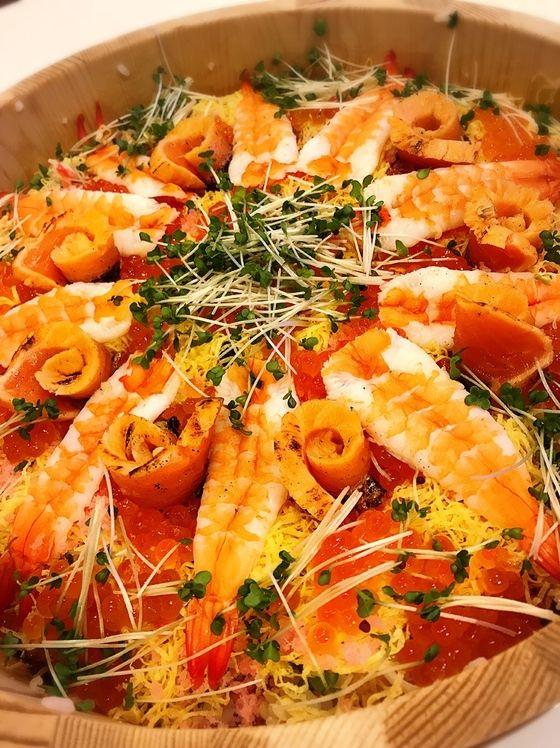 、発酵玄米、白米、蕎麦米、もち麦に、大葉、ごま、焼き穴子を混ぜてます    上の具は、海老、いくら、桜でんぶ、錦糸卵、蟹、炙りサーモン、具沢山
