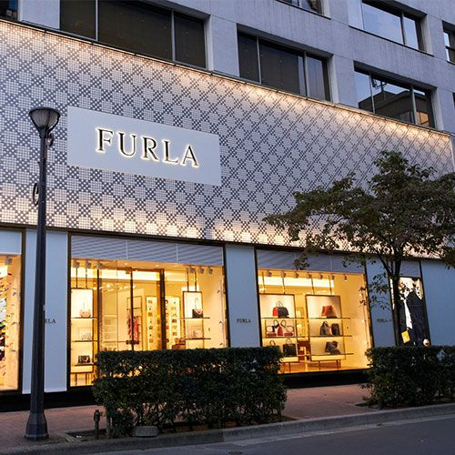 1990  FURLA ARRIVED IN JAPAN, WHILE NEW FOREIGN SUBSIDIARIES OPENED IN SPAIN, THE UK, GERMANY, HONG KONG AND CHINA.
