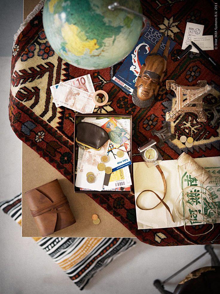 Med inspiration från jordens alla hörn inreder vi med mattor från Iran, ett skrivbord i skandinavisk stil, bonsaiträd som minner om Japan och vackra kartor istället för tavlor. Persiska mattor behöver nödvändigtvis inte bara ligga på golvet, här har vi använt den som duk och det blir en kul kontrast mellan det skandinaviska stilrena bordet på bockar och den äkta mattan.