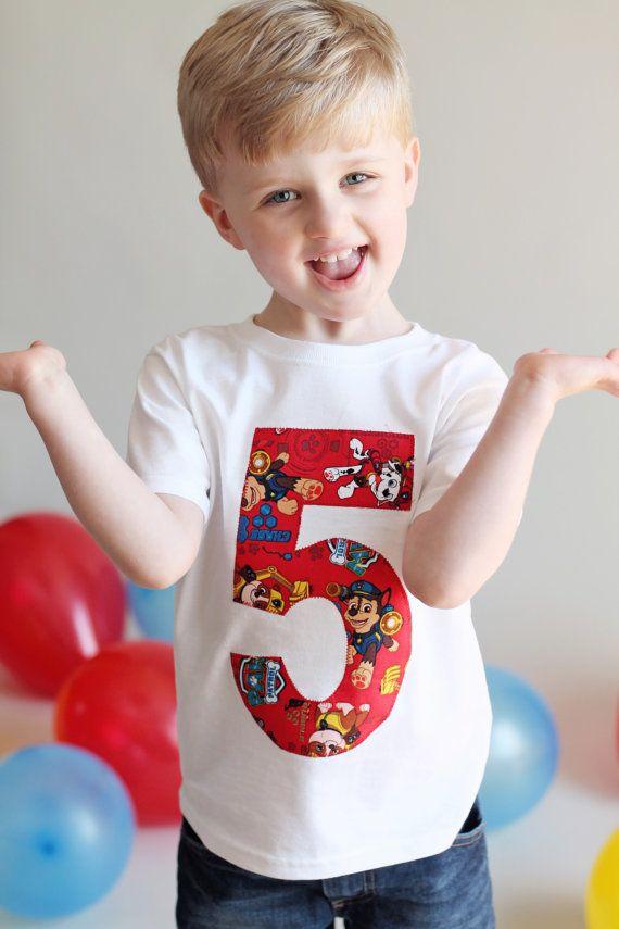 De la corteza hacia fuera en esta camisa de cumpleaños patrulla pata. Este cumpleaños camiseta puede ser personalizada a cualquier edad usted está necesitando. Este número es rojo y tiene escombros, Chase y Marshall  Esta camisa pata de patrulla es perfecta para cualquier evento. Escuela, cumpleaños, reuniones familiares o simplemente mostrando sus habilidades de superhéroe.  Los tamaños están según lo seguido: 2T, 3T, 4T, 5T, 6 x, 7/8. 10/12 y 14/16.   Ponga por favor lo que usted está…