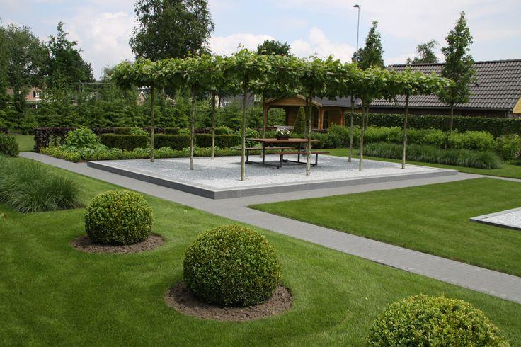De dakplatanen in deze wonderschone tuin bieden een natuurlijke zonwering.