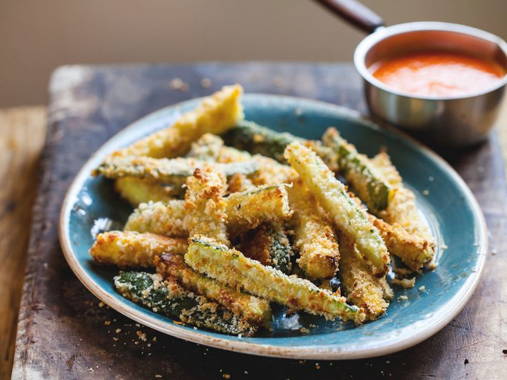 Lust auf Pommes, dabei machst du eigentlich gerade Low-Carb? Kein Problem! Die leckeren Zucchini-Pommes schmecken super und sind eine tolle Alternative.