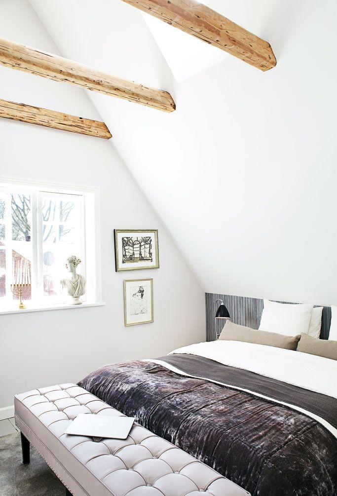 Ram din seng ind med tapet bag hovedgærdet, som her hvor tapetet på den smule væg, som de skrå lofter giver plads til, næsten bliver en del af sengen. Der er fred og ro i soveværelset, som har åbent til kip. Farverne er holdt i sart lilla og brune jordfarver. Sengetæppet er fra H&M, men ser væsentlig mere eksklusivt ud i selskab med den polstrede bænk for enden af sengen – lidt som at bo på hotel.