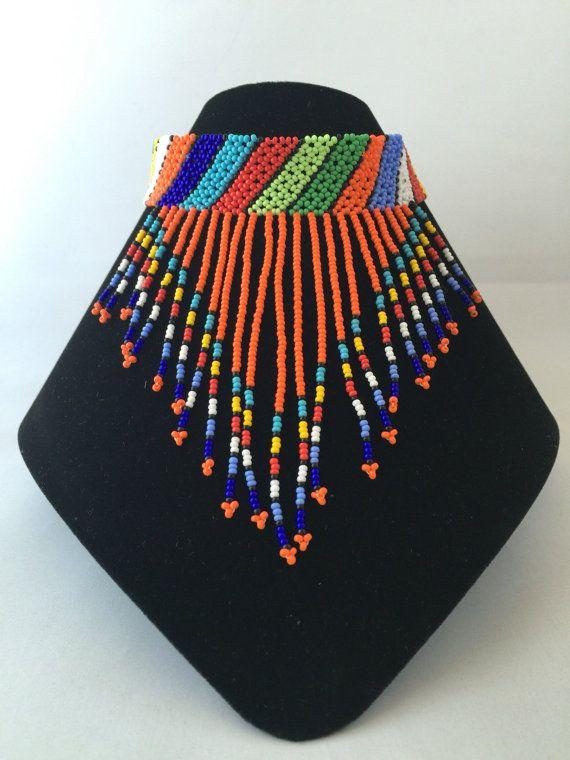 Collier de perles avec un perlé boule et boucle de fermeture. Tour de cou mesure environ 10,5 pouces (14 pouces incluant la boucle et fermeture à boule perlée). Main de perles par les jeunes femmes zouloues de Durban, en Afrique du Sud. * Alors que tous les efforts sont faits pour montrer les bijoux aussi précisément que possible, dimensions et couleurs peuvent varier légèrement.