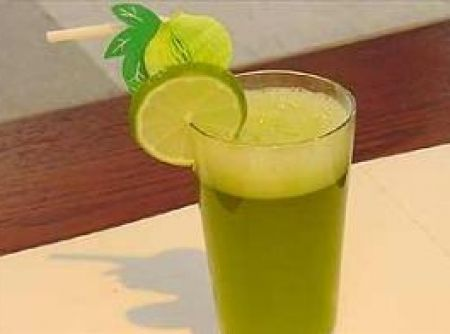 Suco refrescante de erva cidreira com lim�o - Veja mais em: http://www.cybercook.com.br/receita-de-suco-refrescante-de-erva-cidreira-com-limao.html?codigo=69959