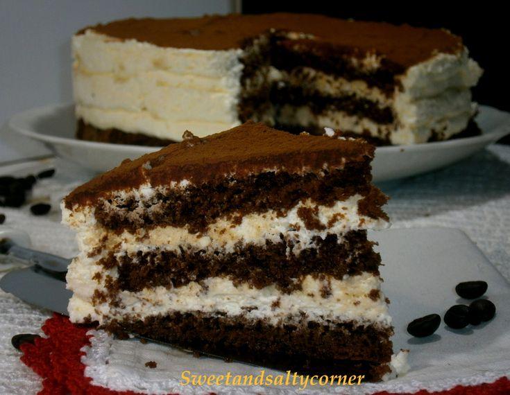 Per il fine settimana che dite di preparare una bella torta tiramisù? Senza biscotti ma con pan di spagna al cacao e una farcitura di crema al mascarpone!