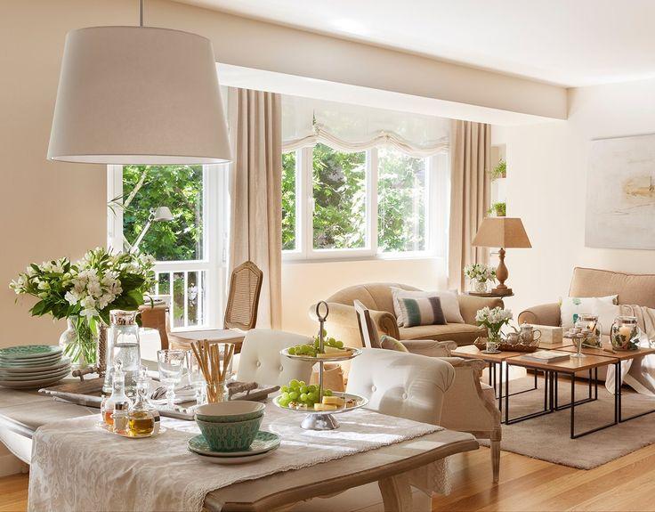 Salón en tonos beige con amplios ventanales. Salón comedor