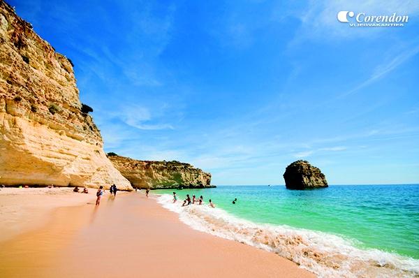 De Algarve heeft een indrukwekkende kustlijn van 170 kilometer met prachtig uitgestrekte gouden stranden, rotsformaties en indrukwekkende baaien.