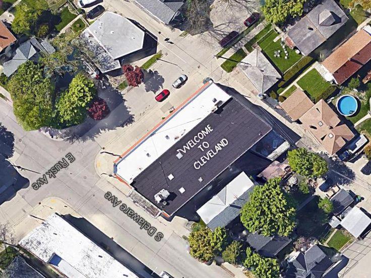 Mark Gubin, un bromista que vive cerca del aeropuerto de Milwaukee, en 1978 pintó en el techo de su casa ''WELCOME TO CLEVELAND'' en letras gigantes. Por décadas ha provocando pánico entre los pasajeros que se asoman por la ventana minutos antes de aterrizar.