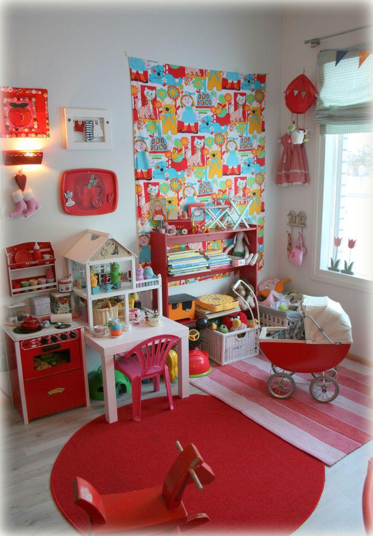Meidän jaettu, iloinen ja värikäs lastenhuoneemme. Our shared, happy and colorful playroom. http://katinkoto.vuodatus.net/lue/2014/01/yhteinen-lastenhuone-pikkuneidin-nurkkaus