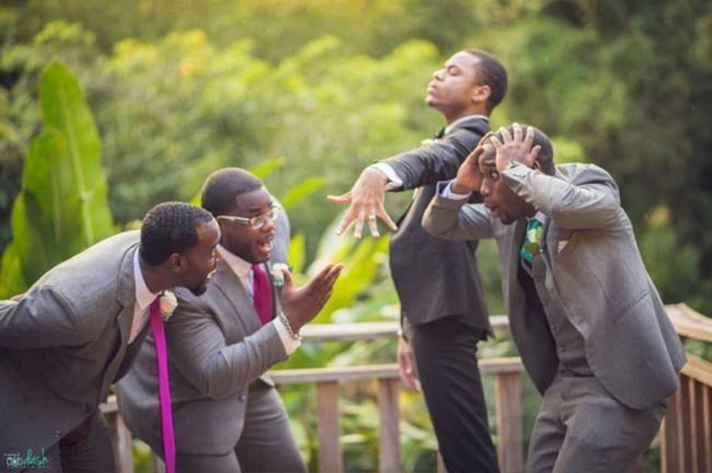 Nessa lista, os noivos viraram a atração, pois fizeram ótimas fotos para registrar um dia tão especial. Nada sérios, e muito espontâneos e engraçados. Confira: