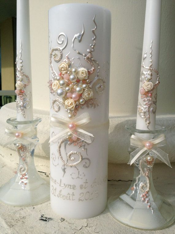 Mooie bruiloft eenheid kaars set, met de hand versierd met uniek en elegant design met behulp van blush roze en ivoor parels en rozen. Dit is een prachtige aanvulling op uw huwelijksceremonie voor de receptie! Ook zal maken een perfecte bruids douchegift!  Deze aanbieding is voor 3 kaarsen: 2 taper kaarsen (12 hight) en 1 pijler kaars (9 x 3) Glas kaarsenhouders zijn optioneel - 4 lang, u kunt ze bestellen door te kiezen voor2 kaarsenhoudersvanuit naar de waterdruppel waas spijskaart onder…