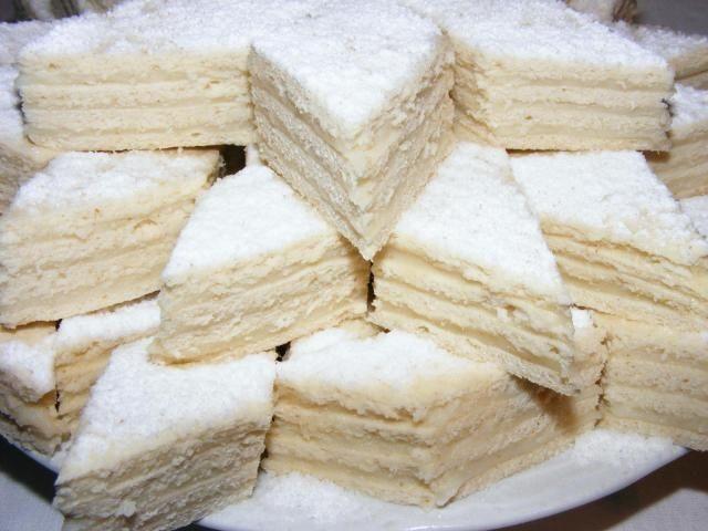 Hozzávalók:  150 g vaj 125 g tejföl 1 tojássárgája 360 g liszt  Krémhez:  375 g vaníliával ízesített cukor 4 evőkanál liszt tej 80 g vaj…