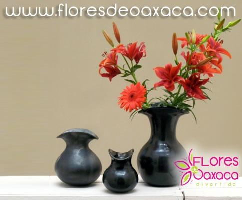 flores en jarrones de barro negro artesana de oaxaca
