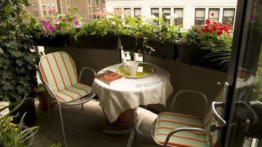 Уголок для завтрака на балконе на свежем воздухе