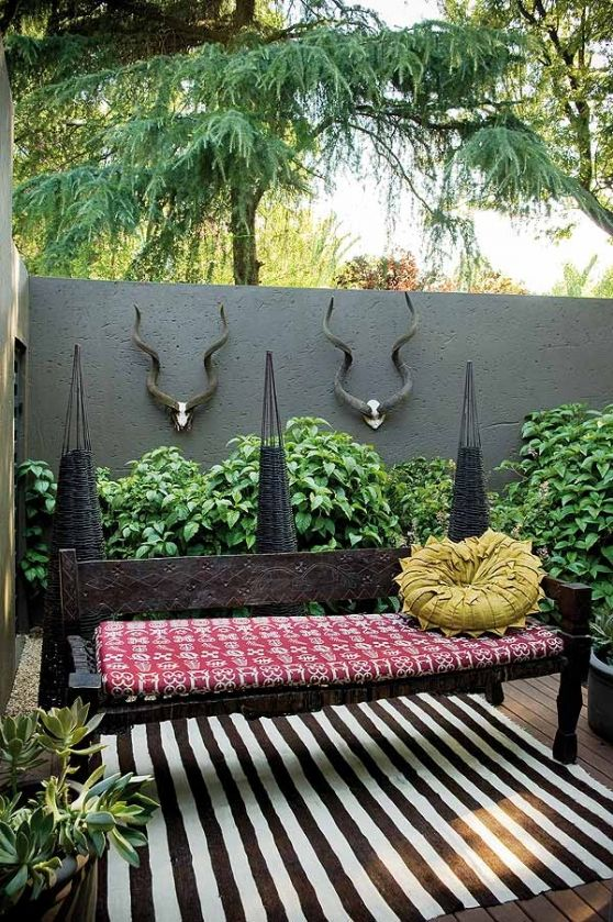 Get an African Style look with animal ornamentation on the wall and an oversize rug - #DIYGardenIdeas