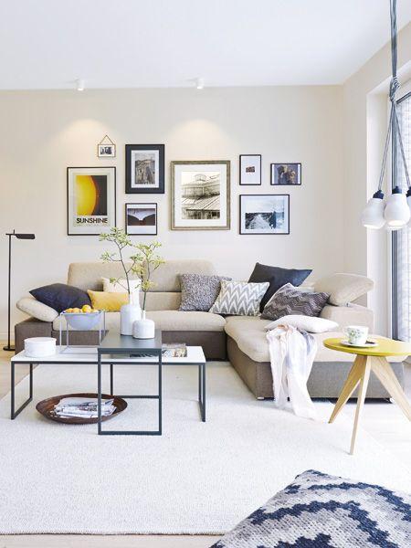 Endlich zu Hause! Große Fenster, ein offener Grundriss und moderne Möbel zaubern im Wohnzimmer Wohlfühl-Atmosphäre.