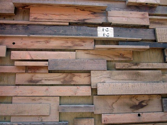 Pared con listones de distintos barnices paredes con for Paredes con madera