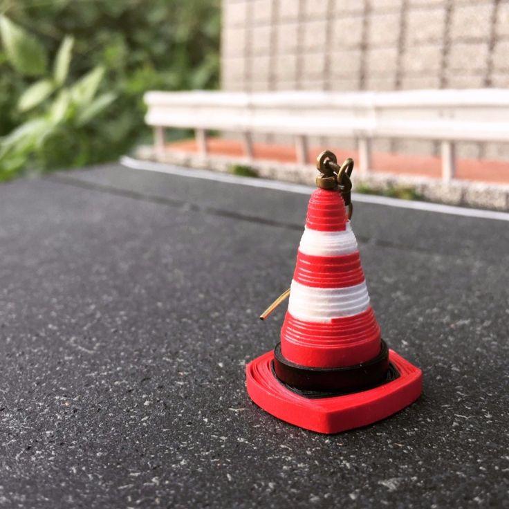 紙で出来た、非常に軽量なミニチュア工事現場のピアスです。   道路や工事現場で見掛ける三角コーン(パイロン)をピアスにしました。 身近なモチーフながら、必ず目を引くインパクト大のピアス...