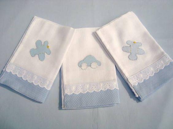 Trio de fraldas de boca feitas com fralda Nova América, barrado e aplicação em tricoline e bordado inglês. Todo material utilizado é 100% algodão, não causando alergia no seu bebê. R$ 26,00: