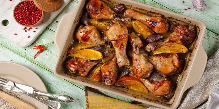 курица запеченная с апельсинами//700г курицы 2 апельсина 2 красных луковицы 2 зубчика чеснока 2ст.л. соевого соуса 2ст.л. коньяка (по желанию) перец сушеный имбирь (щепотка) 1) Из апельсина выжать сок, добавить коньяк, соевый соус и специи 2) Курицу помыть и разделать. Выложить в миску и полить маринадом. Дать постоять 1-2 часа. Если есть время, то лучше оставить курицу в маринаде на ночь 3) Красный лук помыть, почистить и нарезать крупными дольками >>>