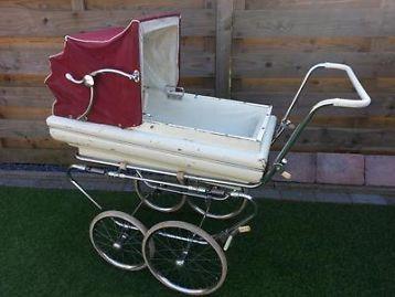 Antieke Kinderwagen met rode kap & te gebruiken als reiswieg