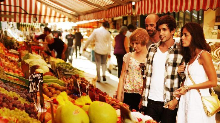 Besuchen Sie den Wiener Naschmarkt und erleben Sie internationales Flair mit kulinarischen Highlights aus aller Welt. Wir geben Ihnen die wichtigsten Infos.