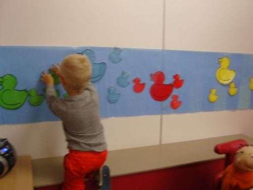 Eendjes sorteren op de muur